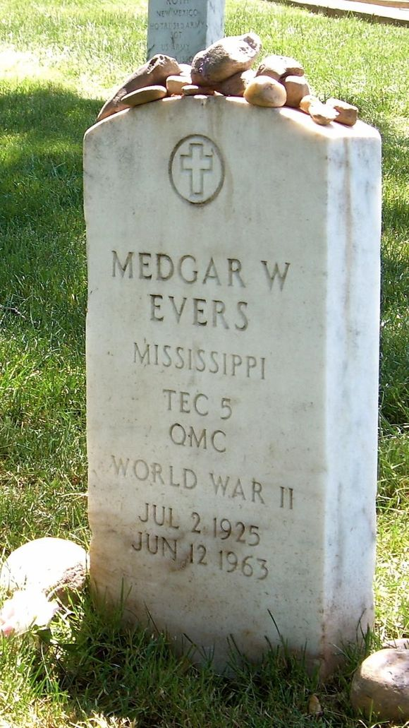635706509650315420-MedgarEvers-headstone